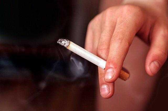 Imagem de mo segurando cigarro