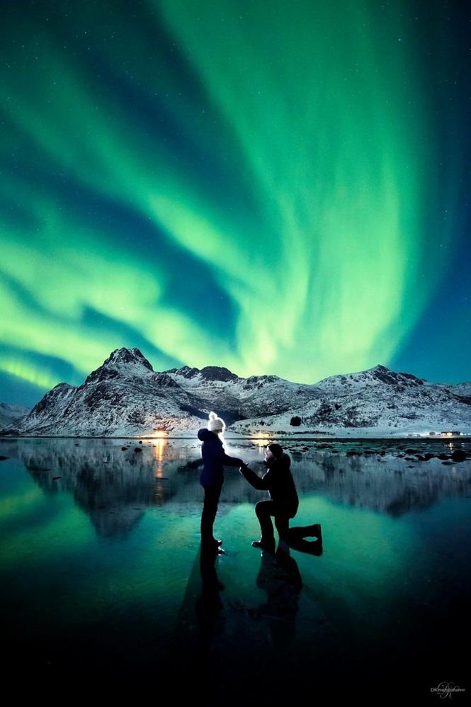 Fotógrafo pede namorada em casamento sob aurora boreal e as imagens são de tirar o fôlego