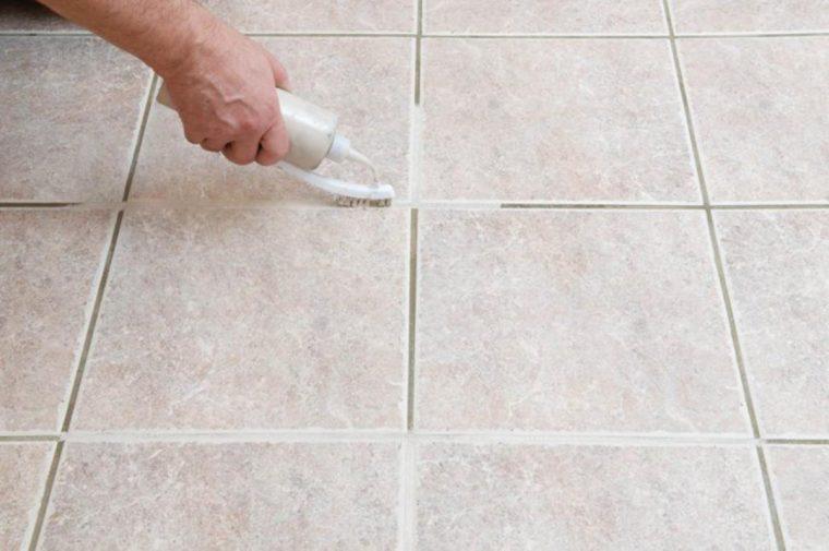 Como limpar azulejos sem esforço com um truque simples e caseiro