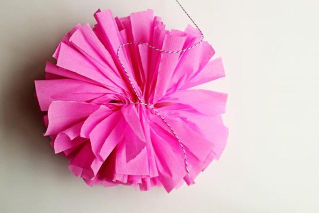 como fazer pompons de papel