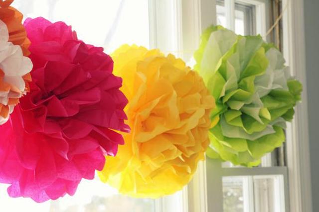pompons de papel coloridos