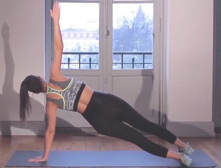 Prancha lateral rotativa é um dos exercícios para movimentar o corpo inteiro e emagrecer