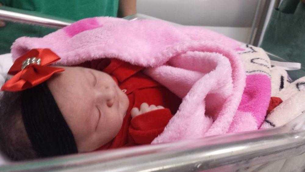 Bebê segura dedo de médica e emociona equipe e família: 'Momento raro e lindo'