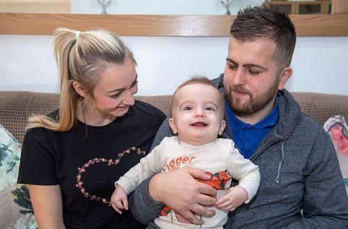 Após 5 dias em coma, bebê acorda sorrindo para o pai