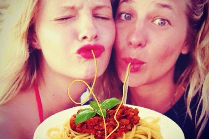 Montagens mostram que selfies com biquinho fazem mais sentido adicionando espaguete