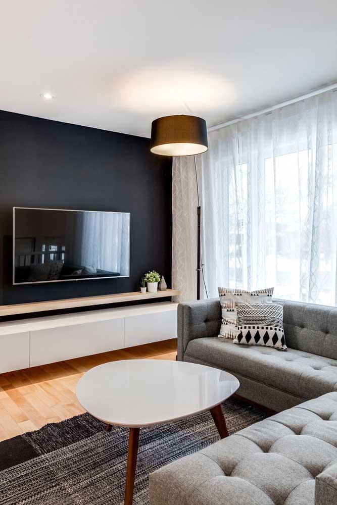 Equilibre as cores da sala de TV para harmonizar o ambiente.