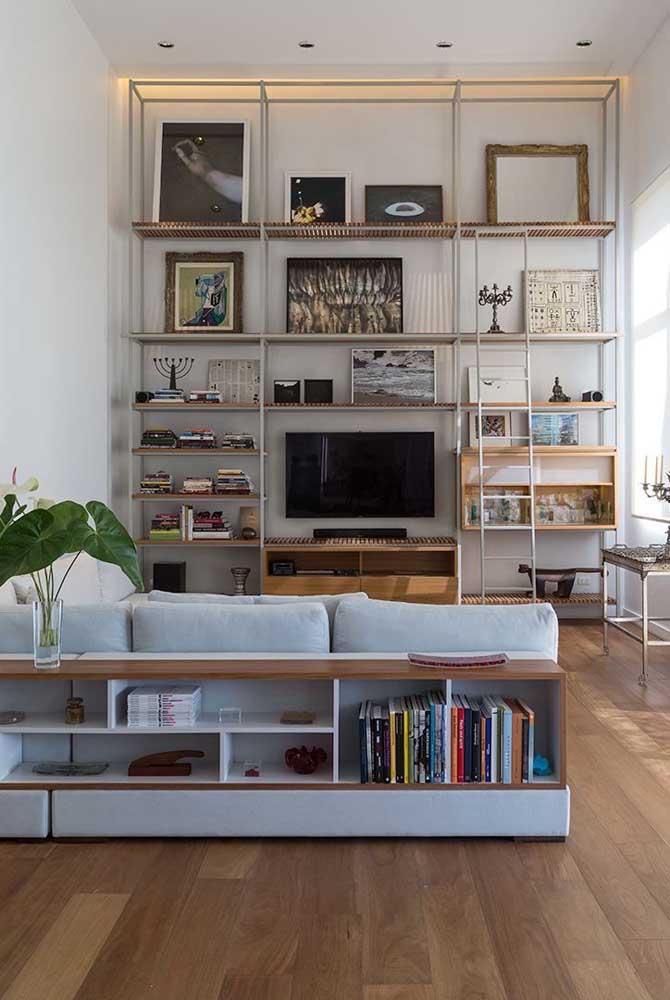 Ao invés de usar a estante, coloque prateleiras na sala de TV.