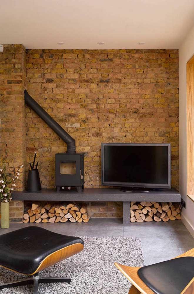 Aproveite móveis antigos e pedaços de madeira para fazer uma decoração como essa.