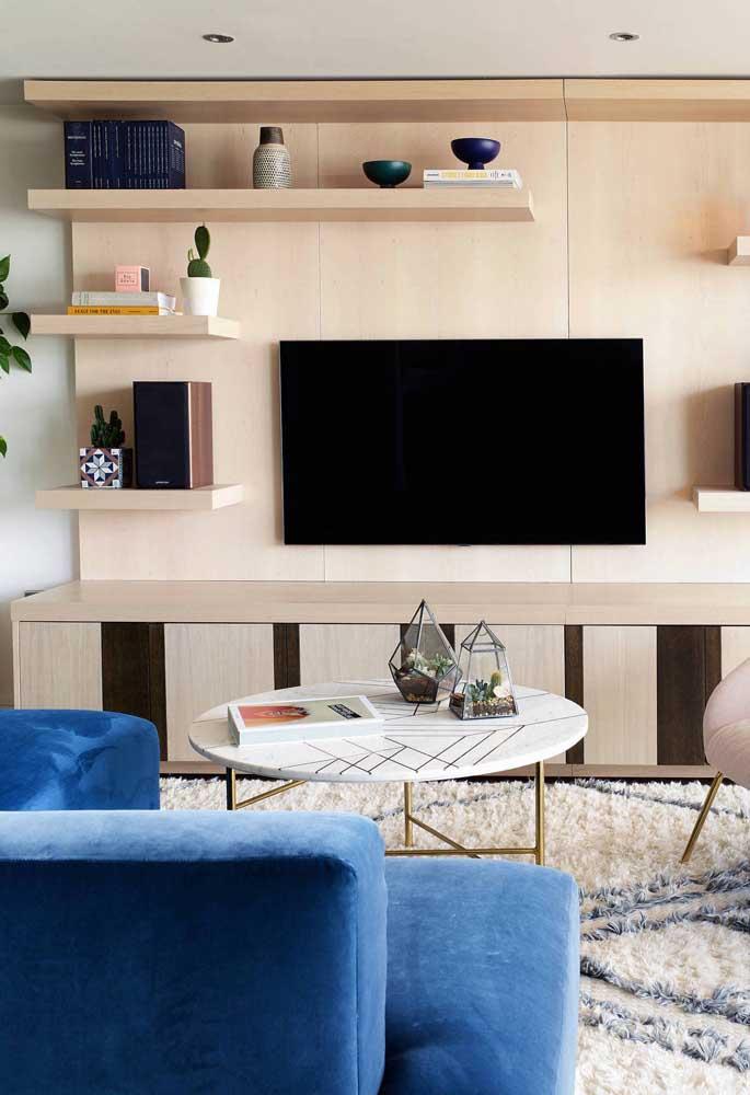 O que acha de colocar uma estante de madeira na sala de TV?