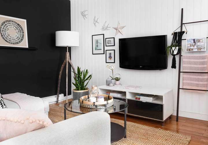 Na parede da sala de TV você pode colocar itens decorativos como quadros.