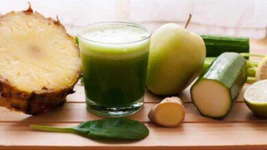 Suco de abacaxi, aipo, pepino, gengibre e limão para eliminar a barriga f