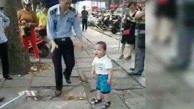 Criança defende sua avó dos policiais que querem pegar suas mercadorias