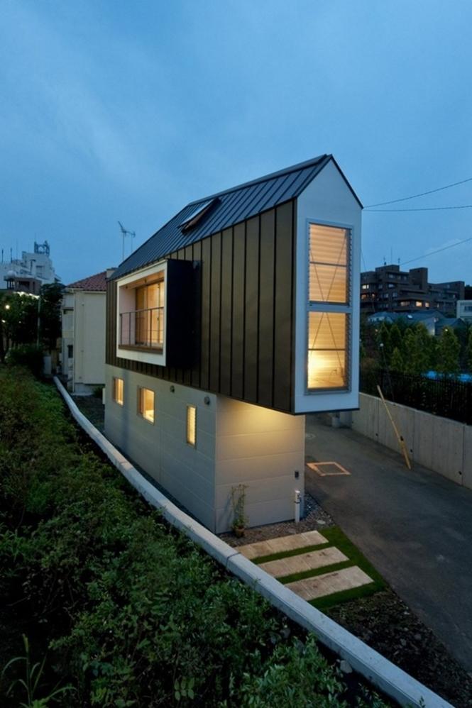 Casa minúscula em formato triangular esconde interior impressionante