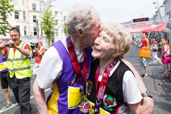 Esse casal de 80 anos comemorou o aniversário de casamento correndo uma maratona