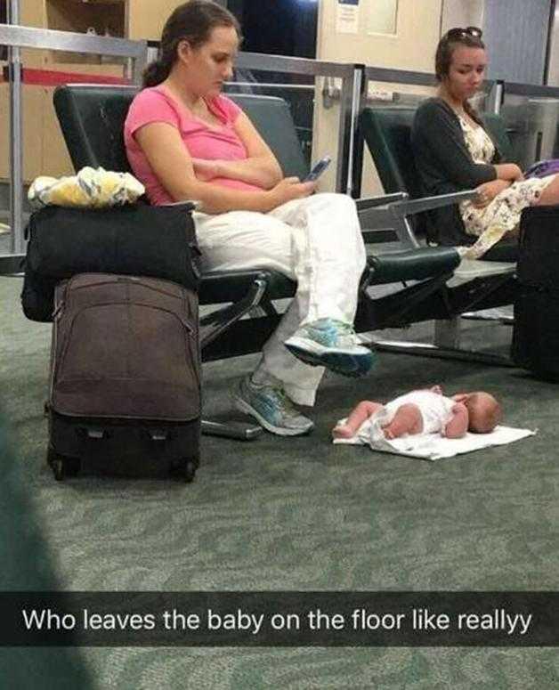 O verdadeiro motivo para uma mãe deixar seu bebê no chão enquanto usa o celular d
