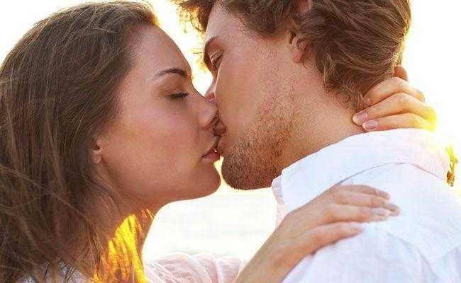 Astróloga diz quais os signos que mais combinam na hora do beijo