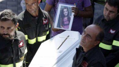 Foto de Quando os bombeiros encontraram essa menina de 9 anos, ela já estava morta. Mas embaixo do seu corpo, eles encontraram algo de partir o coração.