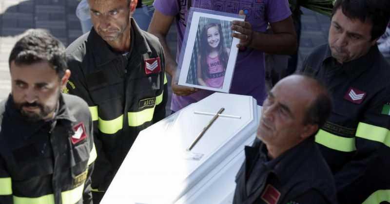 Quando os bombeiros encontraram essa menina de 9 anos, ela já estava morta. Mas embaixo do seu corpo, eles encontraram algo de partir o coração.