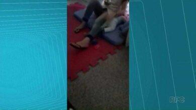 Foto de Estagiária de creche é flagrada agredindo bebê no Paraná