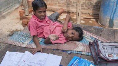 Gêmeos siameses de 12 anos, são adorados como encarnações divinas d