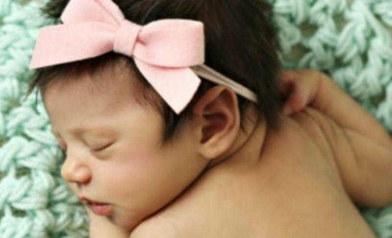 Mãe alerta após perder bebê por 1 erro ao usar faixa na cabeça