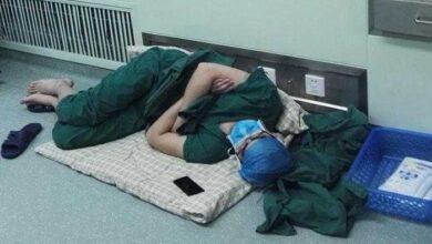Foto de Esse cirurgião dormiu no chão do hospital após realizar 5 operações seguidas! O mundo todo aplaude de pé!
