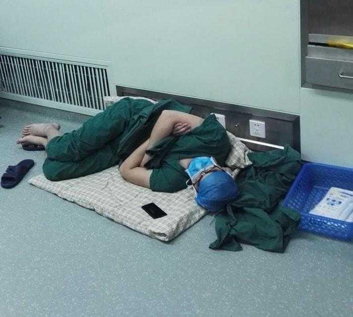 Esse cirurgião dormiu no chão do hospital após realizar 5 operações seguidas! O mundo todo aplaude de pé! a