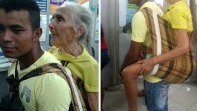 Foto de Parente carrega idosa com mais de 80 anos por mais de 3 km nas costas para ela sacar benefício