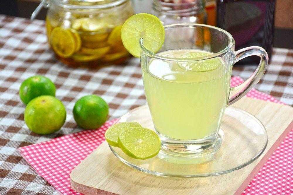 10 benefícios de beber água morna com limão de manhã
