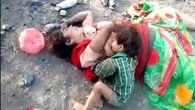 Criança indiana de 17 meses é encontrada bebendo leite de sua mãe MORTA