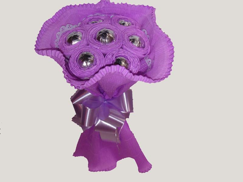 bouquet de bombom com papel crepom e fita