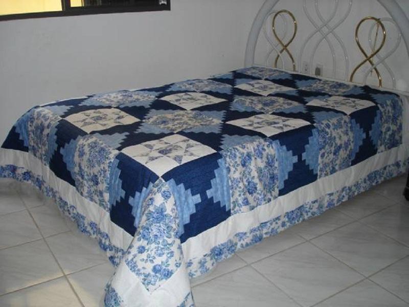 colcha com retalhos azul