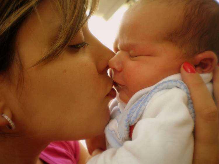 Por que você NUNCA deve beijar bebês recém-nascidos