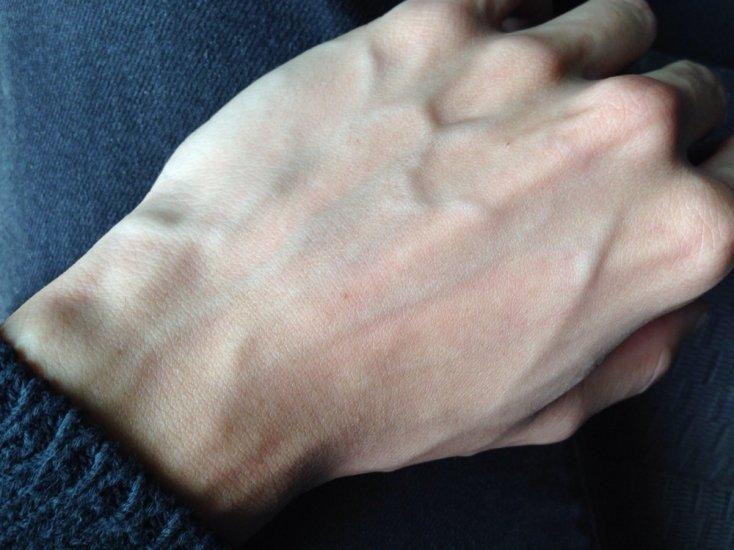 Saiba por que algumas pessoas têm as veias das mãos marcadas