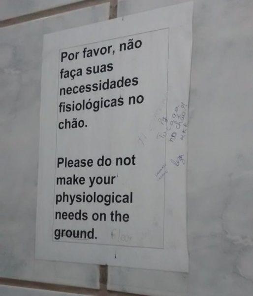 17 avisos que você só poderia ver em banheiros brasileiros