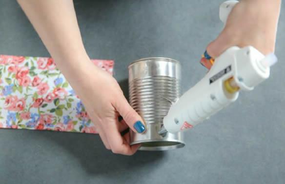 Como decorar latas com tecido passo a passo