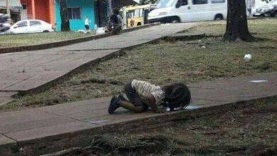 Foto de Imagem de menina morrendo de sede a beber água de uma poça indigna o mundo inteiro