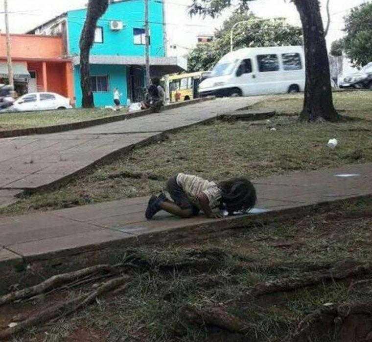 Imagem de menina morrendo de sede a beber água de uma poça indigna o mundo inteiro D