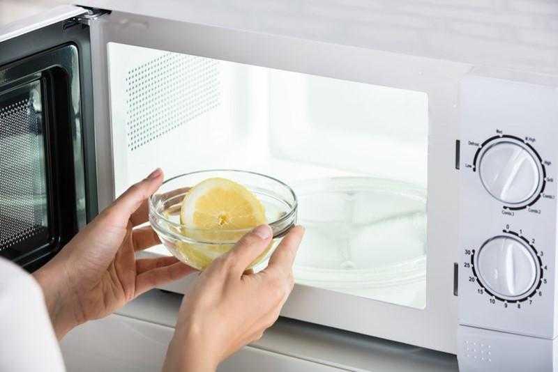 Como limpar o microondas com limão