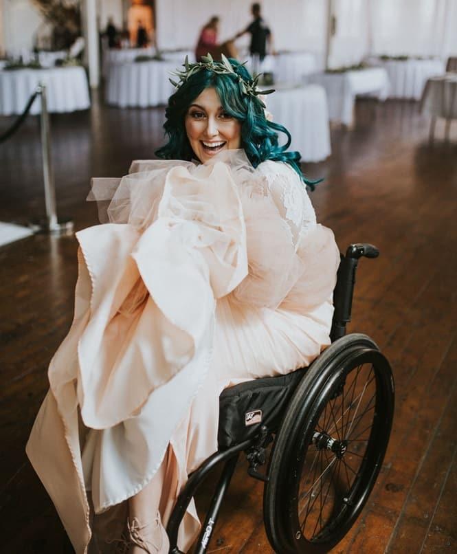 Mulher paralisada surpreende ao se levantar para andar pelo corredor durante seu casamento