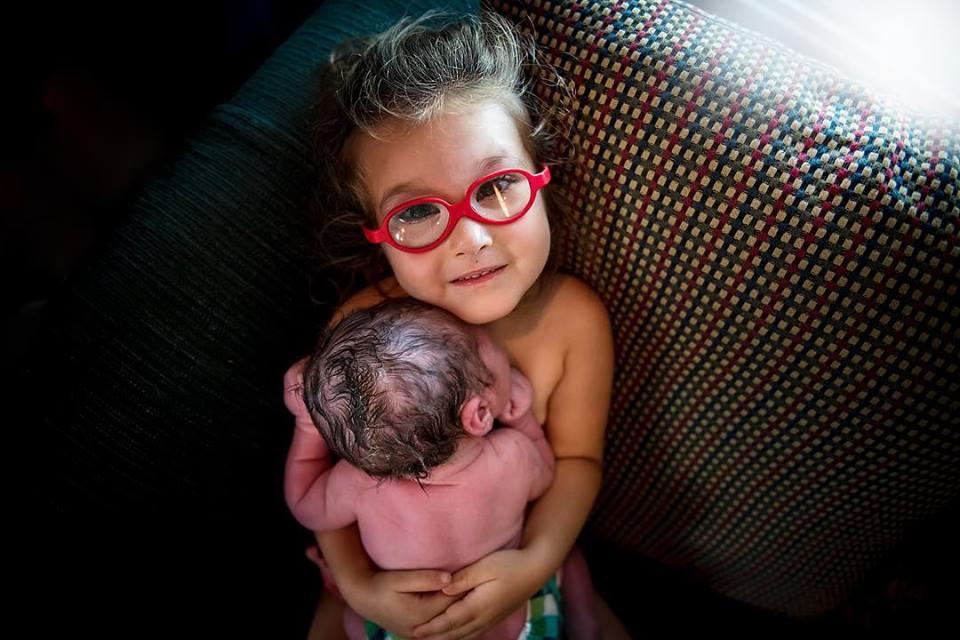 Menina ajuda no parto do irmãozinho