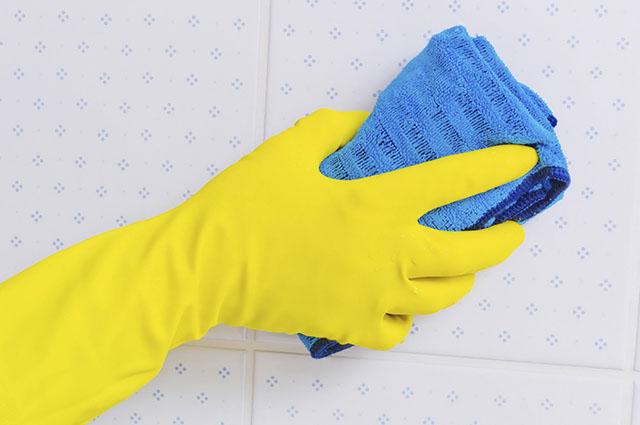 Luvas são a melhor maneira de evitar que produtos de limpeza entre em contato com as mãos