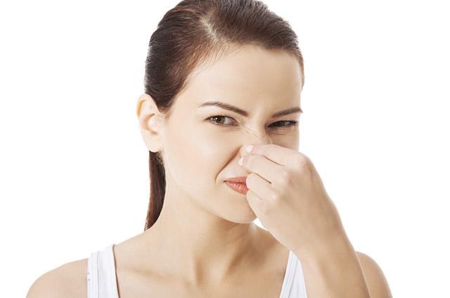 Como tirar o cheiro de água sanitária das mãos