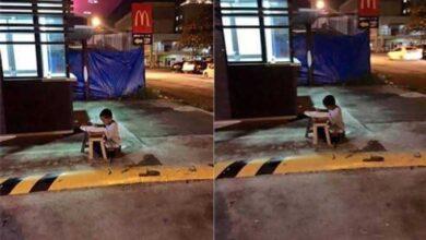 Foto de A foto que emocionou o mundo: menino, morador de rua, usa luz do McDonald's para fazer lição de casa.