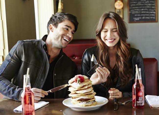 Se você engordou desde que começou a namorar, significa que está feliz, diz estudo d