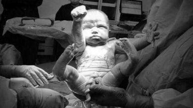 Foto de Bebê nasce fazendo a pose do Super-Homem e foto viraliza