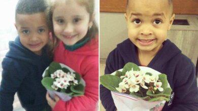 Mãe faz filho levar flores à coleguinha de escola após empurrá-la.