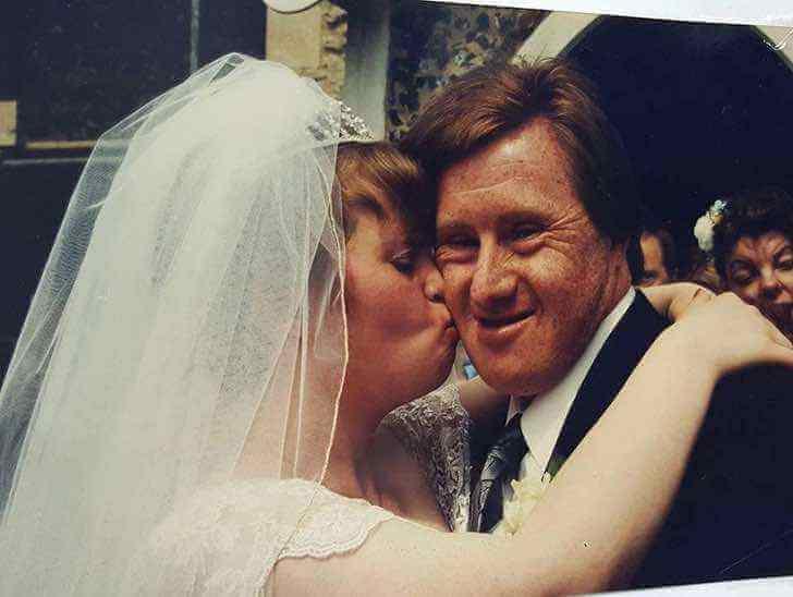 Casal com síndrome de Down comemora 23 anos de casamento. Eles se amam e respeitam um ao outro apesar das críticas