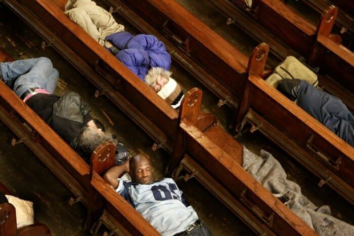 Igreja nos EUA abre as portas para pessoas em situação de rua dormirem. 1