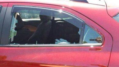 Foto de Policial encontra bebê em carro trancado e quente – quebra a janela, mas se dá conta de que cometeu um erro